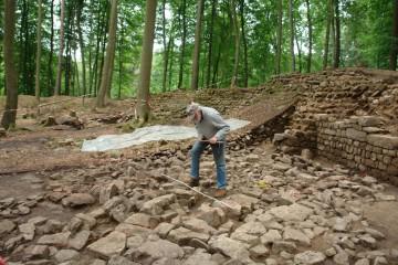 Vor der Untersuchung der burgzeitlichen Innenbebauung wurden die Strukturen von Steinaufschüttungen dokumentiert. Es handelt sich dabei um Spuren der Grabungsarbeiten der letzten 150 Jahre.