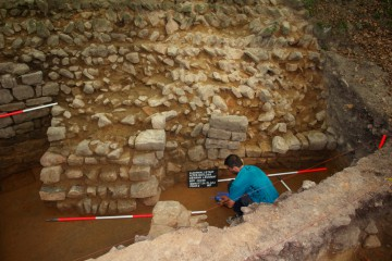 """Das mit der Ringmauer verzahnte Fundament des """"Wohnturms"""" in Schnitt 2"""