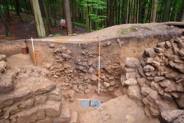 Die Struktur der Ringmauer trat in Schnitt 6 besonders deutlich zu Tage. Unter den Fundamenten erkennt man den Stollen, der die Mauer zum Einsturz brachte.