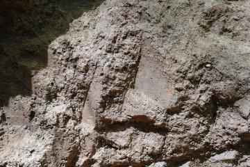 Aufgrund des harten Lehms hatten sich an den Wänden der hochmittelalterlichen Unterminierung noch die Werkzeugspuren erhalten.