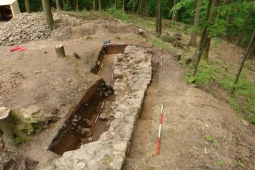 Die Verdickung der Ringmauer in ihrem westlichen Segment lässt vermuten, dass sich in diesem Bereich der ursprüngliche Zugang zum Burginneren befunden haben dürfte.