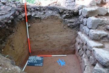 """Die Spuren alter """"Forschertätigkeit"""" konnten bei den Grabungen 2006/2007 wiedergefunden werden: Die schwarzen, humosen Eintiefungen reichen dabei weit in die Tiefe und haben wichtige Informationen zur Baugeschichte unwiederbringlich zerstört."""