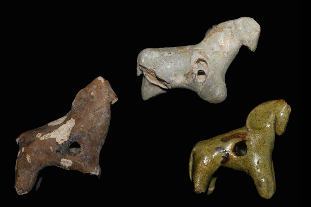 """Insgesamt wurden drei Pferdefigürchen auf dem """"Alten Schloss"""" gefunden. Wenn auch nur noch bei zweien erkennbar, waren sie ursprünglich alle gelb oder braun glasiert."""