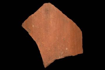 """Fragment eines Dachziegels vom """"Alten Schloss"""" bei Kleinwallstadt, vmtl. 1. Hälfte 13. Jahrhundert, Maße: 12,0cm x 12,5cm x 1,4cm"""