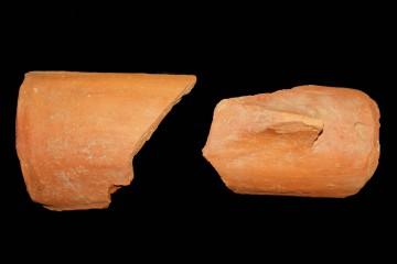 Größere Fragmente von Dachziegeln wurden im Sommer 2006 in der Verfüllung des Grabens zwischen Haupt- und Vorburg geborgen. Ihre Lage im Bereich des Mauerzinnen lässt die Vermutung zu, dass diese ursprünglich zu einem ziegelgedeckten Wehrgang gehörten.