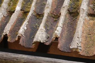 Bei dem Wiederaufbau eines spätgotischen Fachwerkhauses im Freilichtmuseum von Bad Windsheim wurde die Mönch-Nonne-Deckung detailgetreu ausgeführt. Man erkennt, dass das schwere Ziegeldach zusätzlich innen und außen mit Mörtel verstrichen war.