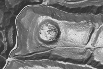 """Im Airborne-Laserscan sind die Geländestrukturen am """"Alten Schloss"""" sowie die Grabungsschnitte der Kampganen 2005 und 2006 deutlich zu erkennen (Norden oben). Datengrundlage: Bayerische Vermessungsverwaltung, Bearbeiter: Karl-Heinz Gertloff, Egelsbach"""