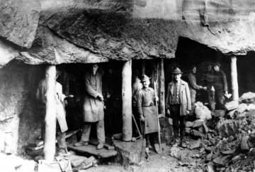 Früher verdienten die Menschen vor Ort ihr tägliches Brot vorrangig als Steinbrecher, Steinhauer und Steinmetze in den Buntsandsteinbrüchen links und rechts des Mains. Der Buntsandstein war die Grundlage für die aufblühende Schifffahrt. Die Steinprodukte mussten zu den großen Bauplätzen an Main und Rhein verfrachtet werden.