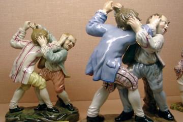 Figuren aus feinem Höchster Porzellan und Dämmer Steingut (Schlossmuseen der Stadt Aschaffenburg). Sie wurden zwischen 1840 und 1885 in Damm produziert.