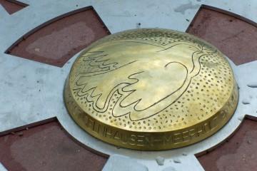 Seit dem 3. Januar 2007 befindet sich in Gelnhausen-Meerholz der geografische Mittelpunkt der Europäischen Union - bis zur nächsten EU-Erweiterung.... Mit der Erweiterung um Bulgarien und Rumänien wanderte der EU-Mittelpunkt von Kleinmaischeid in Rheinland-Pfalz nach Osten. Verantwortlich für die Berechnung dieses symbolträchtigen Ortes ist Jean-Georges Affholder vom Institut Géographique Nationale (IGN) in Paris. Der Ingenieur hatte sich bereits bei der EU-Erweiterung 1987 die Aufgabe gestellt, den geodätischen Mittelpunkt des vereinten Europas zu suchen.