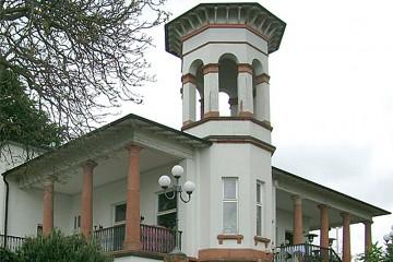 Das Teehaus Dorotheenhöhe ließ Conrad Heinrich Schöffer um 1875 für seine Frau Dorothea als festes Gartenhaus im italienischen, spätklassizistischen Stil errichten. Später kaufte es die Stadt Gelnhausen und heute befindet sich hier ein Restaurant. Von hier hat man einen schönen Blick über die Stadt und in das Kinzigtal.