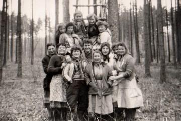 """Junge Frauen, auch """"Waldmädli"""" genannt, aus Gramschatz und den Orten rund um den Gramschatzer Wald nutzten die Verdienstmöglichkeit bei Aufräum-, Pflanz- und Plegearbeiten im Wald."""