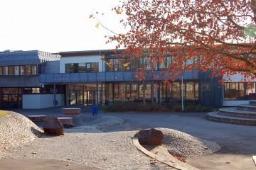 Im Schulzentrum »An der Maas« wurden 2011 insgesamt 3.500 Schüler unterrichtet. Das Gymnasium ist dem Aschaffenburger Hanns Seidel gewidmet. Er war von 1957 bis 1961 Bayerischer Ministerpräsident.
