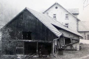 Das einzige bislang bekannte Foto, auf dem das Sägewerk der Nickelsmühle zu sehen ist, stammt aus der Zeit nach dem Zweiten Weltkrieg.