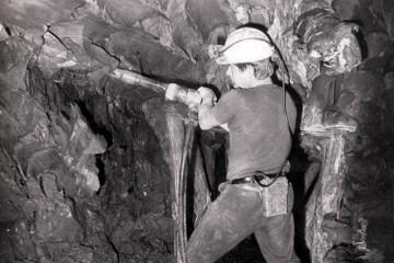 """Der Tonabbau in Klingenberg erfogte unter tage. Mit dem druckluftbetriebenen Abbauhammer wurden einzelne Stücke (""""Schollen"""") des weichen Tons aus der Wand gelöst."""