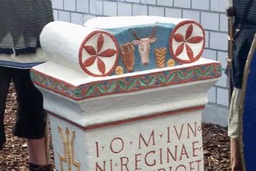 Kopie eines römischen Weihesteins in Originalbemalung