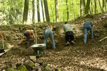 """Unter großer Beteiligung der Mitglieder des Heimat- und Geschichtsvereins Kleinwallstadt e.V. begannen heute die Ausgrabungen auf dem """"Alten Schloss"""".."""