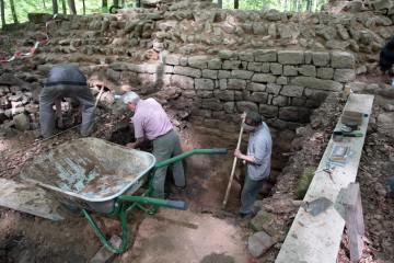 Bei den Grabungen an der Ringmauer wird in einer Tiefe von etwa zwei Metern die Unterkante der Mauer freigelegt. Es zeigt sich, dass das Burgplateau nach Errichtung der Mauer an dieser Stelle etwa mannshoch mit Lehm erhöht wurde. Vielleicht wollte man damit der Ringmauer zusätzliche Stabilität verleihen.