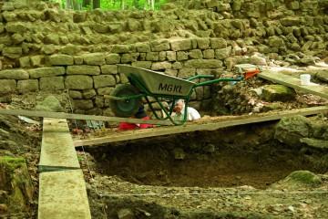 Nachdem drei Felder des Schnittes im Burginneren geöffnet worden sind, beginnt die Vorbereitung zur detaillierten Dokumentation der Befunde.