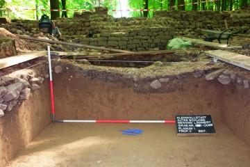 """Im Schnitt 1c zeigen sich die Spuren, die die Grabungen der letzten fünfzig Jahre auf dem """"Alten Schloss"""" hinterlassen haben. So erkennt man einen etwa 40cm in den aufgefüllten Lehm eingetieften, etwa mannsbreiten Graben. In ihm lagen Scherben moderner Bierflaschen und Reste eines Linoleumfußbodens."""