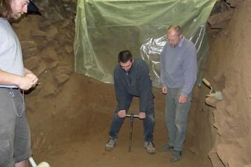 Im Grabenschnitt haben wir in einer Tiefe von drei Metern immer noch nicht die Sohle erreicht. Eine Bohrsondage zeigt, dass die Auffüllung noch über einen halben Meter tief ist.