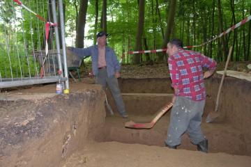 Jetzt wird es eng im Grabenschnitt. Um dort weiterarbeiten zu können, muss zuerst der Erweiterungsschnitt zur Vorburg hin abgetieft werden.