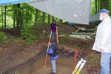 Vorbereitungen zum Foto: Um die Grabungen für die Nachwelt zu dokumentieren, werden die Profile nach gründlicher Säuberung fotografiert.