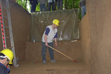 Schicht für Schicht wird die Grabenverfüllung abgetragen.