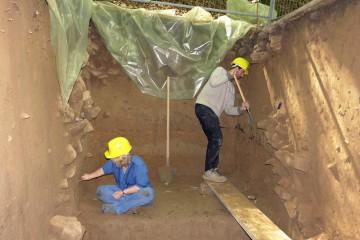 Putzen, putzen und nochmals putzen... Allmählich zeichnen sich die Strukturen einer in den Graben gefallenen Mauer ab.