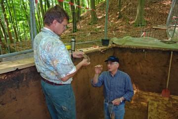 Endlich sind wir auf der Sohle des Grabens angekommen. Darin finden sich Knochen und Gefäßfragmente, die uns bestens darüber informieren, wann der Graben verfüllt wurde.