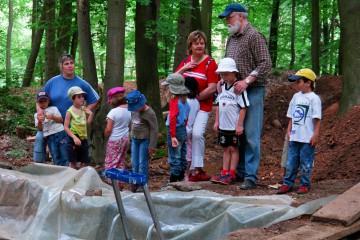 Noch immer nutzen Kindergärten und Schulen die einzigartige Möglichkeit, sich vor Ort über das Voranschreiten der Ausgrabungen zu informieren.