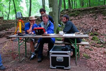 Ein Beispiel von fächerübergreifender Zusammenarbeit: Studenten des Studiengangs Vermessung und Geoinformatik an der Fachhochschule Würzburg-Schweinfurt führen auf der Burg mit hochmodernen Geräten Vermessungen durch.