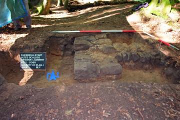 Noch ein Fundament: Auf der zum Betrachter weisenden Mauer stand ursprünglich die Fassade des bereits vor wenigen Tagen entdeckten Palas. Ein in seinen Abmessungen und seiner Lage vergleichbarer Bau - allerdings vollständig aus Stein ausgeführt - hat sich auf der Burg Rieneck erhalten.