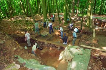 Die ganze Mannschaft hilft beim Freilegen der Fundamente des Fachwerkgebäudes.