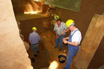 Leider finden sich auf der Sohle des Burggrabens nur wenige Scherben, die uns über den Alltag auf der Burg vor mehr als 800 Jahren informieren.