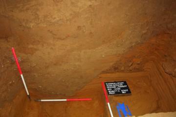 Fototermin: In fünf Meter Tiefe zeichnet sich die Sohle eines Spitzgrabens ab. Dicke Lehmschichten zeigen, dass sich der Graben bald nach seiner Fertigstellung durch die Erosion wieder mit Erdreich zusetzte.