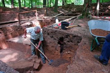 """Beim Säubern des Schnitts 1d stießen wir auf eine Grube unserer """"Vorgänger"""" aus dem Jahre 1990. Darin fanden wir mit Ponal zusammengeklebte Scherben - die einzigen bislang bekannten Funde von dieser völlig ohne Dokumentation durchgeführten Raubgrabung."""