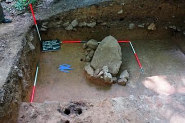 Dieser mächtige Sandstein wurde im 13. Jahrhundert an dieser Stelle sorgfältig in den Lehm eingebettet. Kleinere Sandsteine verhinderten ein Verrutschen. Handelt es sich dabei um das Widerlager einer mächtigen Holzkonstruktion oder gar um das Fundament einer großen Steinschleuder?