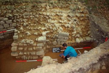 Bei der Untersuchung der Ringmauer legten wir ein breites, in den Burgstall ragendes Fundament frei, das zusammen mit der Ringmauer errichtet wurde. Über Sinn und Zweck dieser Mauer kann man bislang nur Spekulationen anstellen.