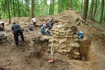 Ein Schnitt durch die Ringmauer soll uns Informationen darüber liefern, auf welche Art und Weise diese zwei Meter dicke Mauer in der ersten Hälfte des 13. Jahrhunderts errichtet wurde.