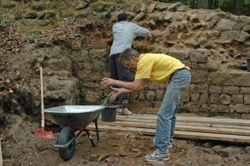 Auch am Samstag werden die Säuberungsarbeiten am Schnitt 5 fortgesetzt. Dank der tatkräftigen Mitarbeit zahlreicher Freiwilliger kommen wir dabei ungewöhnlich schnell voran.
