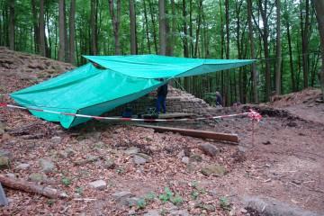 Wetterumschwung! Wie im letzten Jahr müssen wir unsere Grabungsschnitte mit Planen vor dem Regen schützen.