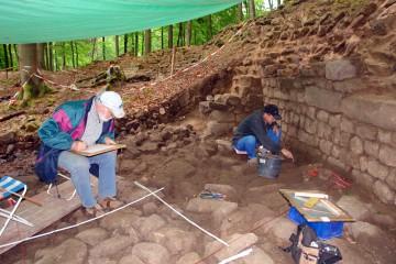 Trotz Regens schreitet die Dokumentation der Steinpflasterung aus dem 19. Jahrhundert im Burginneren voran.