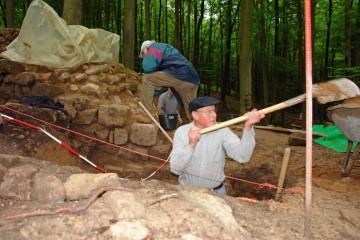 Bei der Freilegung und der Dokumentation der Steinstückung im Innenbereich der Oberburg gibt es noch viel zu tun.