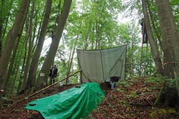 Wie im letzten Jahr müssen wir auch 2007 mit mancherlei Tricks unsere Grabungsschnitte vor dem Dauerregen schützen.
