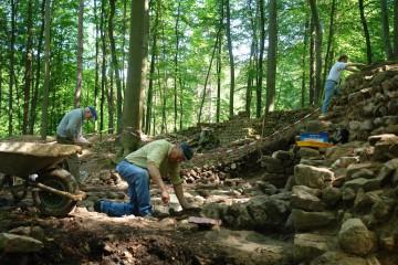 Endlich wieder Sonnenschein. Sofort gehen wir daran, die Steinpackung innerhalb der Oberburg zu säubern.