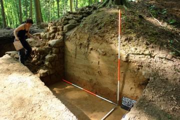 Der Lösshügel, in den die Ostseite der Ringmauer eingetieft wurde, wird fotografisch dokumentiert.