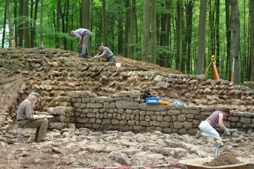 Viele freiwillige Helfer bringen die Ringmauer Stück für Stück wieder zum Vorschein.