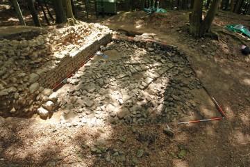 Die Fundamente der Steinstückung, die bei der ersten Untersuchung der Burg um 1890 vor der Ringmauer angelegt wurde, konnten vollständig freigelegt werden.
