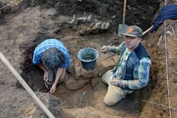 In Schnitt 9 treten die Fundamente der Innenschale der Ringmauer zu Tage.